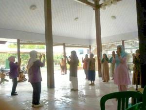 印尼學員在自己家傳功-1