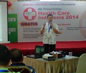 空間醫學印尼傳人Hilman在印尼保健2014的國際活動中向來賓介紹大道至簡的療法